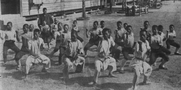 Antike Aufnahme von Karatestudenten beim Training