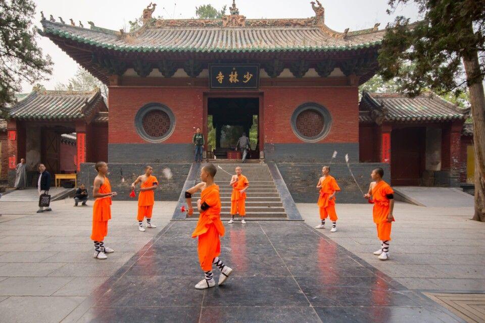 Kung Fu Schüler vor dem Shaolintempel